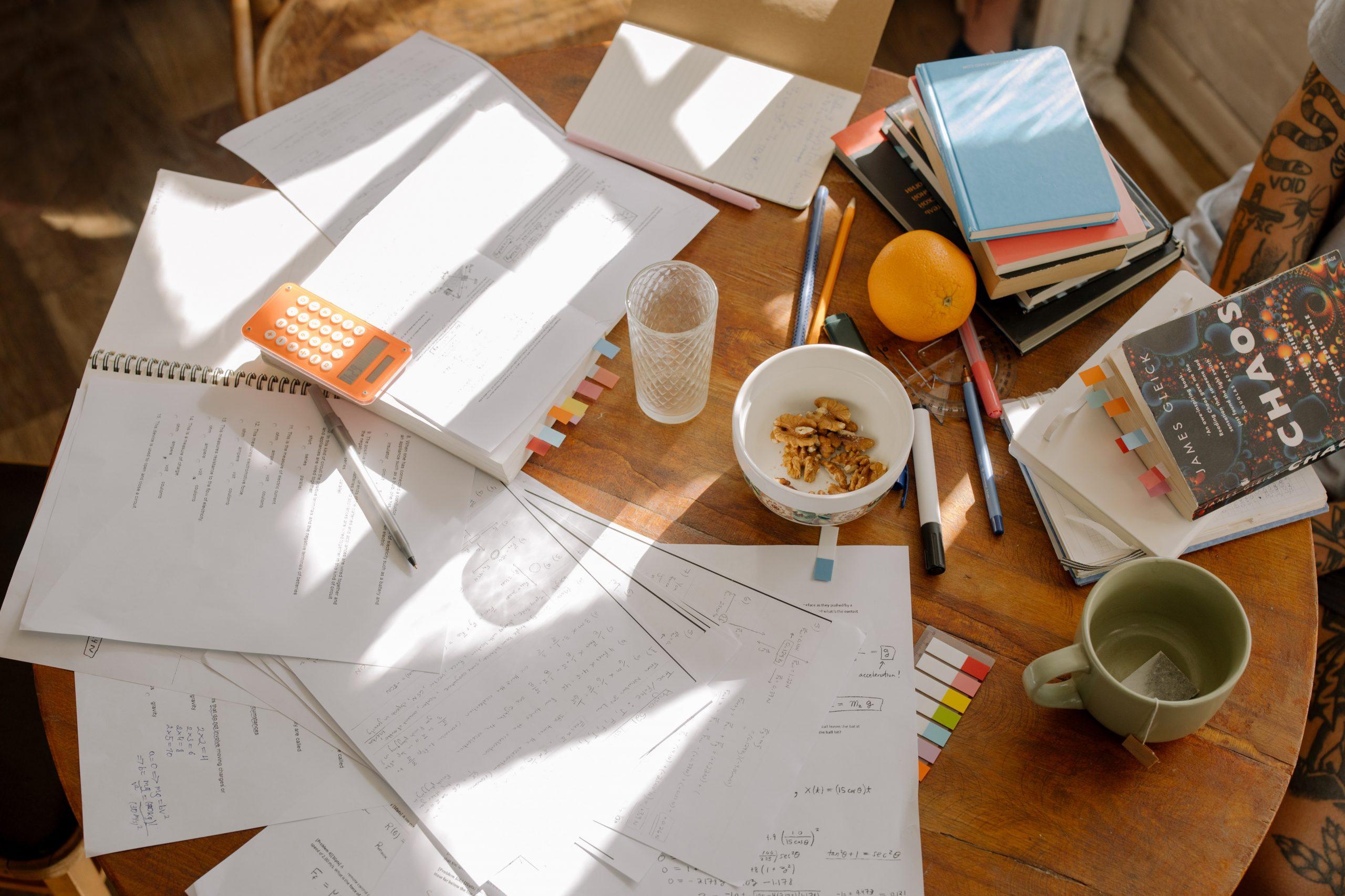 table de travail feuilles stylos