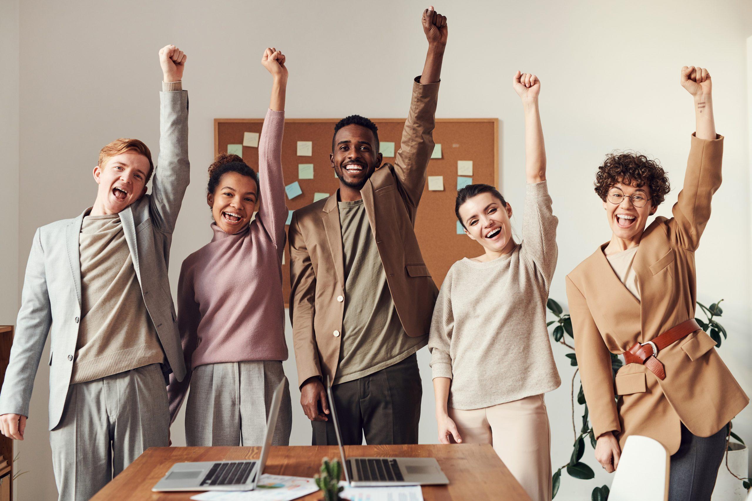groupe travail lève la main enthousiasme