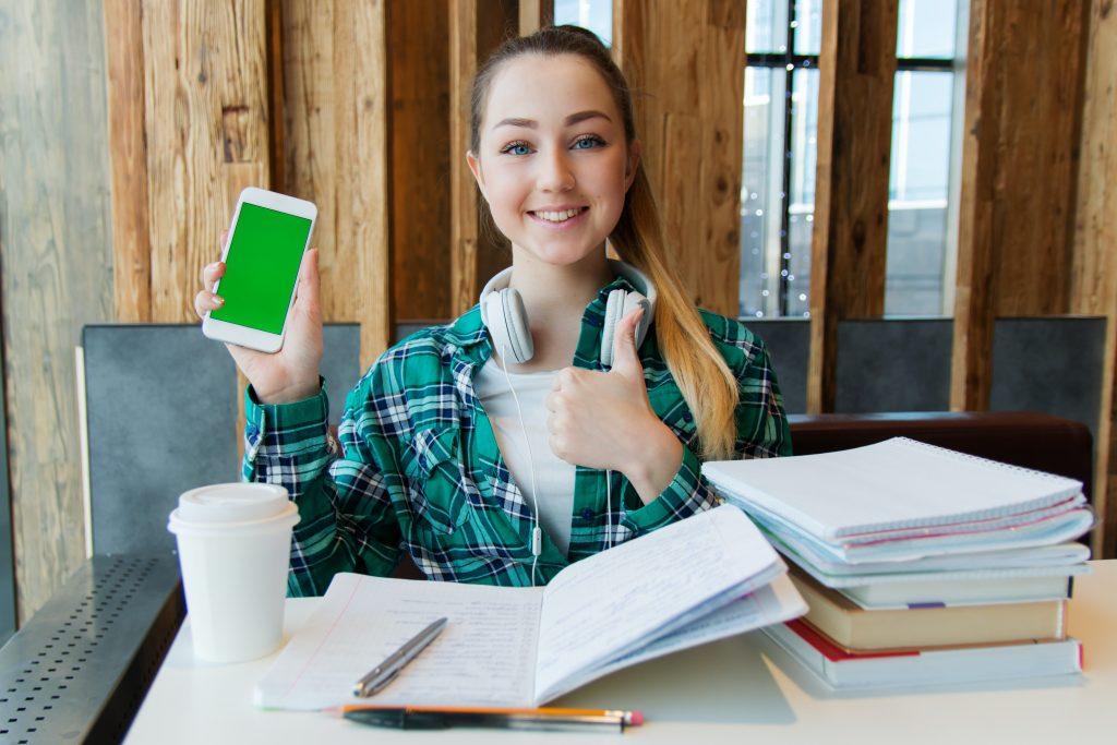 étudiante qui révise téléphone internet